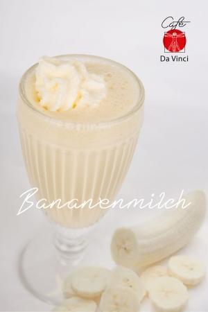 Frische Produkte in Fotos Wiederspiegeln, eine leckere Bananenmilch, mit frischen Bananen.