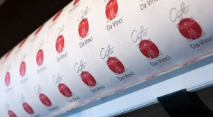 Verpackungspapier für Kuchen und Torten mit Logo auf einer Rolle.