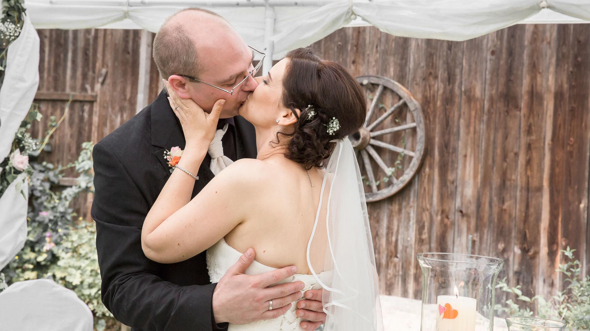 Innig küssen sie sich nach dem Ja-Wort.