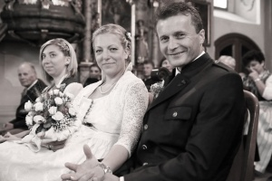 Hochzeitsfotografie, das Brautpaar in der Kirche lächelt und halten sich die Hände.