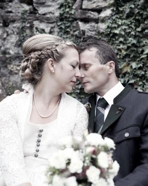 Hochzeitsfotografie, das Brautpaar lehnen liebevoll ihre Köpfe zusammen.