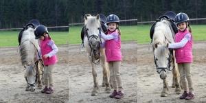 Foto von einem Mädchen mit ihrem Lieblingspferd. Man sieht die Freude dabei.