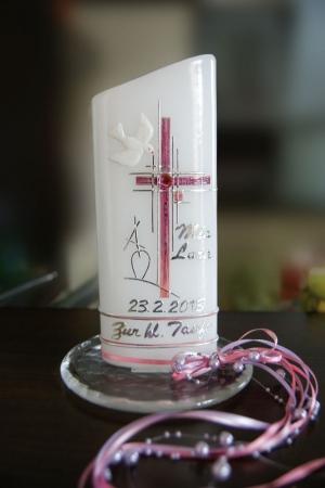 Taufe, hier eine Taufkerze für ein Mädchen, in rosa gehalten.