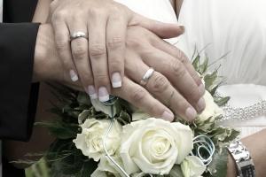 Hochzeitsfotografie ein Brautstrauß mit beiden Händen von den Brautleuten.