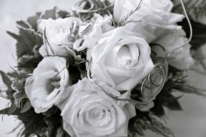 Hochzeitsfotografie ein Brautstrauß, Foto in schwarz-weiß.