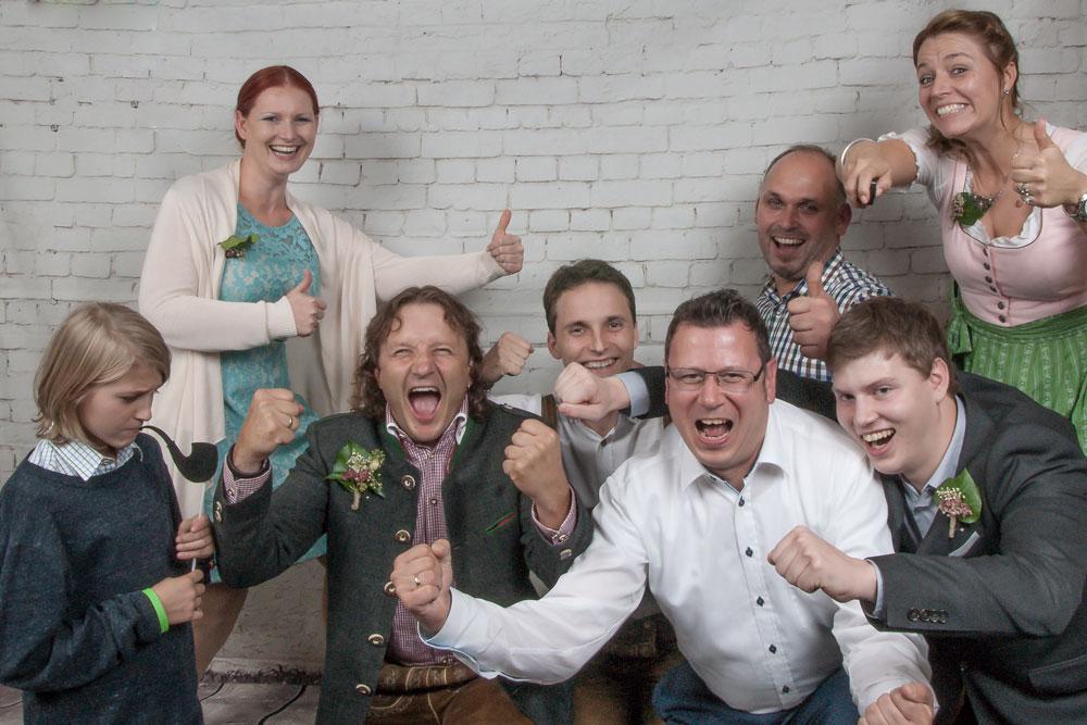 Photo Booth, eine Gruppe die herzlich gratulieren und sich freuen.