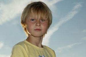 Personenfotografie, blonder Junge.