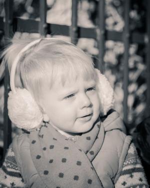 Babyfotografie, Mädchen mit Ohrenschützer.