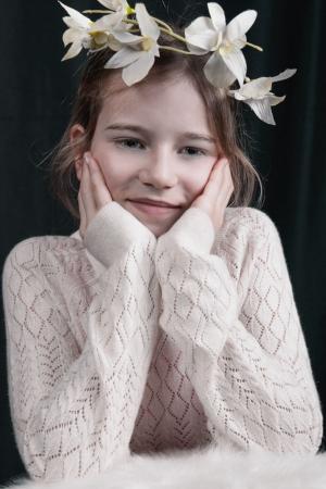 Portrait von einem Mädchen mit einem Blumenstrauß.