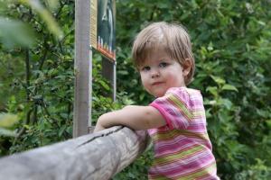 Kinder und Babyfotografie, Kind im Tiergarten.