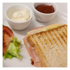 Fotos für Facebook und Google+, zeigen das Angebot für eine Frühstück-Variation, hier der Haustost mit Ketchup.
