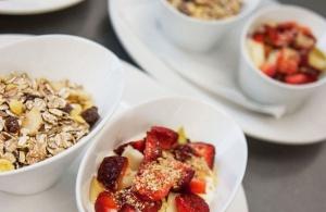 Fotos für ein Cafe, zeigen das Angebot von verschiednen Frühstücken, hier ein Müsli mit frischen Früchten.