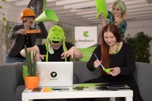 Imagefotografie, ein Gruppenfoto von dem Arbeitsteam Feedbackr, habe Riesen Spaß an der Arbeit.