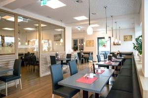 Foto von einem Geschäftslokal einem Cafe, ist sehr hell und beleuchtet.