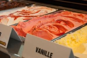 Ein Produktfoto: Ein Foto von einer Eisvitrine mit verschiedenen Sorten Eis.