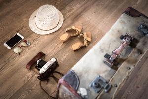 Ab in den Urlaub, das Urlaubsfoto, Schuhe, Hut, Hand, Brille, Kamera und Koffer sind schon bereit.