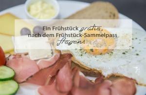 Fotos für Facebook und Google+, zeigen das Angebot für eine Frühstück-Variation, ein Spiegel ein mit Brot, Käse, Aufstrich, Gemüse und Speck